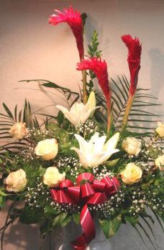 Corbeille funéraire avec ginger et roses