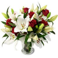 Bouquet de lys blanc et rose rouge